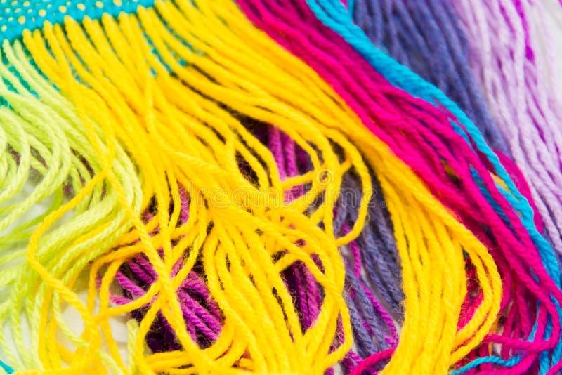 Fond texturisé des fils de laine colorés image stock