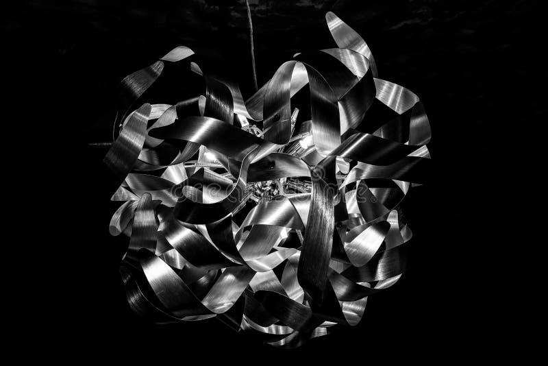 : Fond texturis? abstrait noir et blanc Plan rapproché incurvé de lustre de boule de ruban de fil lampe int?rieure images stock