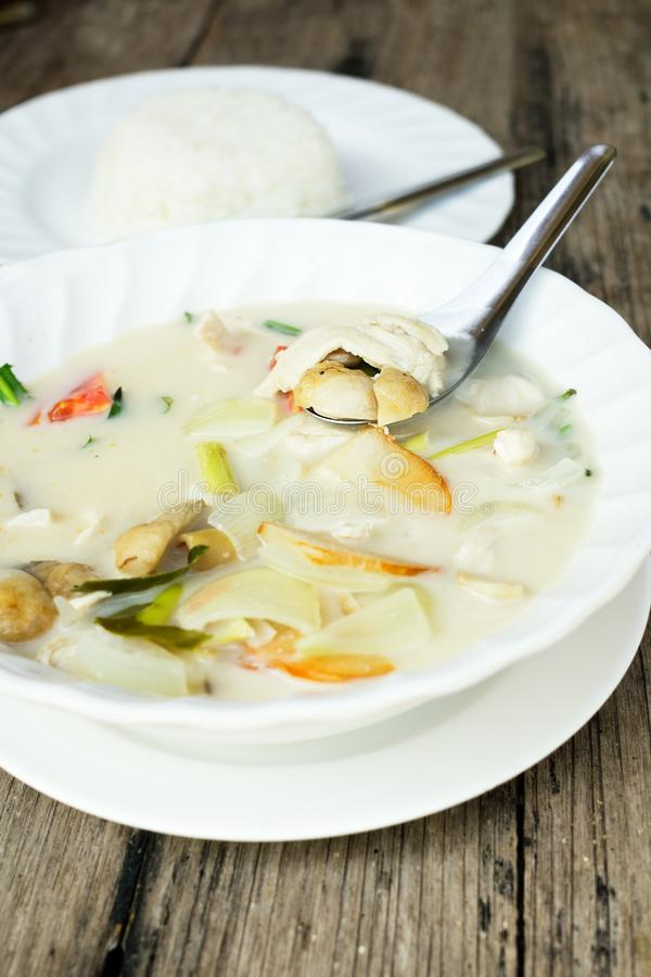 Fond thaïlandais authentique de dîner : Soupe épicée à gai de kha de Tom, riz simple et pao de kra de protection avec l'oeuf au p photo stock