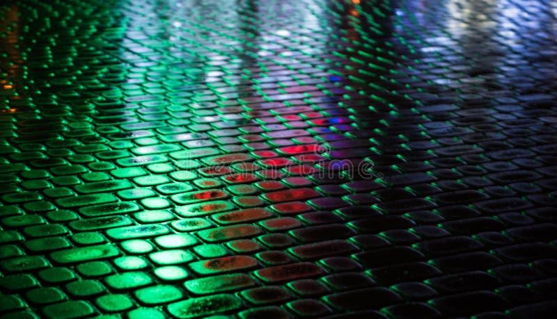 Fond urbain abstrait Rues après pluie avec des réflexions de lumière sur la chaussée humide photo stock