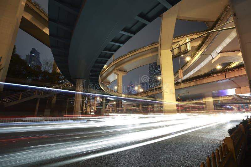 Fond urbain ultra-rapide de construction de viaduc de Changhaï au nig photo stock