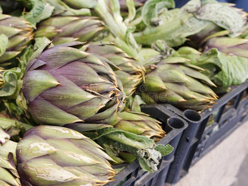 Fond végétal avec les artichauts frais photo stock