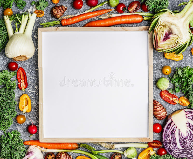 Fond végétarien de nutrition de nourriture, de santé et de régime avec la variété de légumes frais de ferme autour d'un tableau b images stock