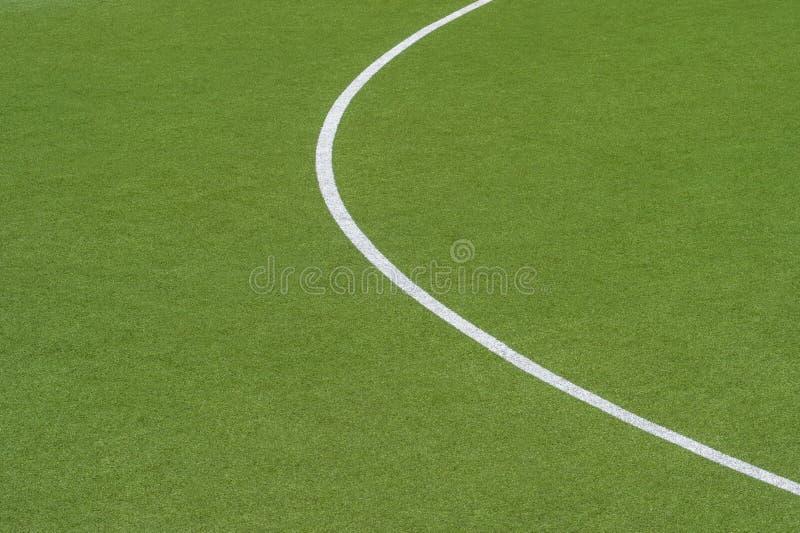 Fond vert artificiel de texture de gazon avec la ligne blanche marques images stock