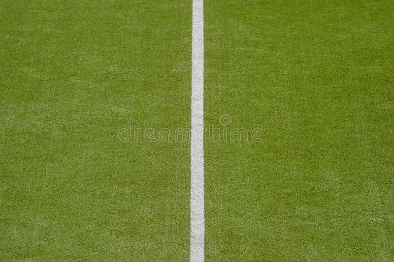 Fond vert artificiel de texture de gazon avec la ligne blanche marques image libre de droits