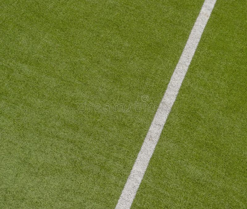 Fond vert artificiel de texture de gazon avec la ligne blanche marques photos libres de droits