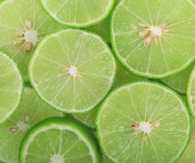 Fond vert avec des agrumes des tranches de chaux photo libre de droits