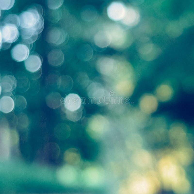 Fond vert brouillé avec le bokeh intéressant - photo instantanée de place de vintage photo libre de droits