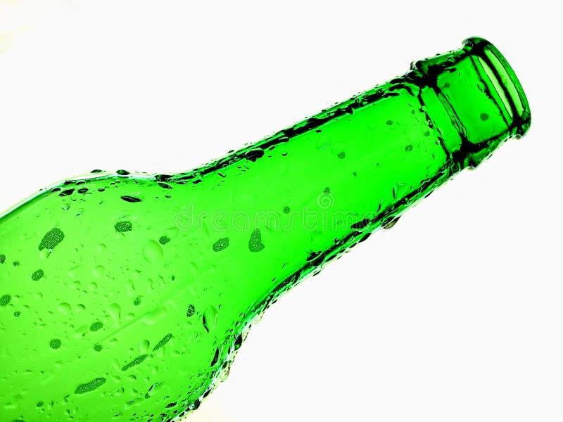 Fond vert d'isolement de bouteille à bière photographie stock
