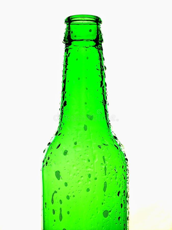 Fond vert d'isolement de bouteille à bière photographie stock libre de droits
