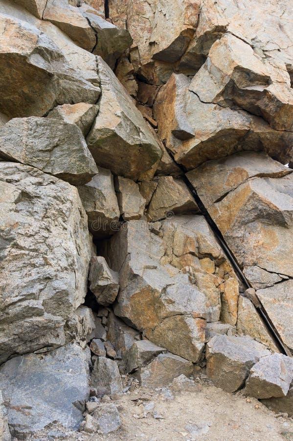 Fond vertical Mur de granit Roche image libre de droits