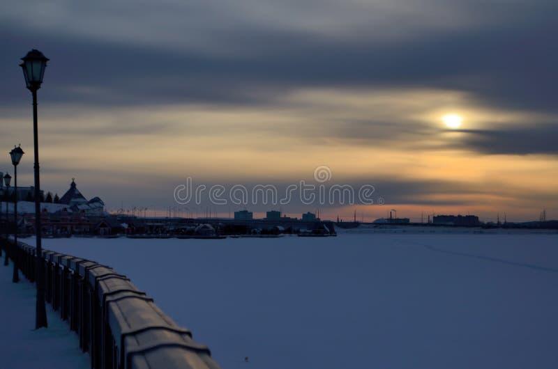 Fond, ville, soirée, remblai de rivière congelée, rivière, rivière, ciel, coucher du soleil, vue photographie stock