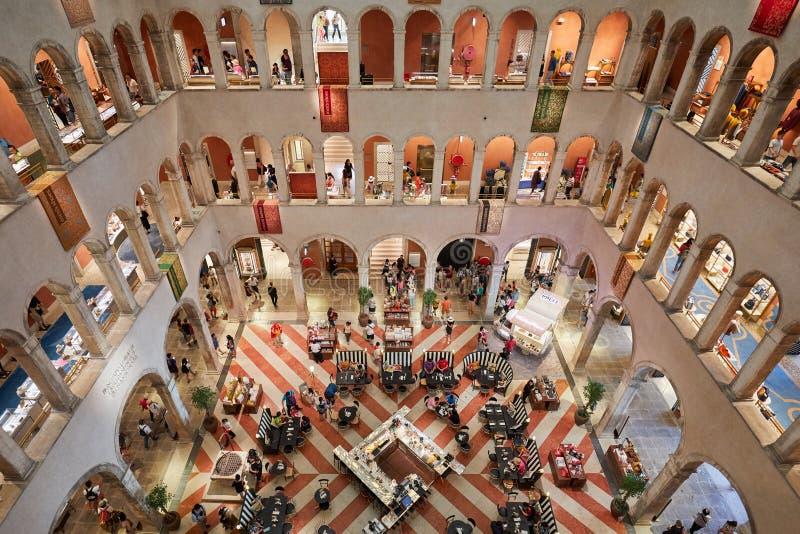 Fondaco dei泰代斯基,豪华epartment商店内部,与人的大角度看法在意大利 免版税库存图片