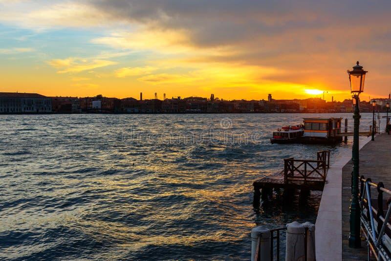 Fondamenta Zattere紧密相联的斯皮里托和威尼斯式盐水湖日落的 r E 库存照片