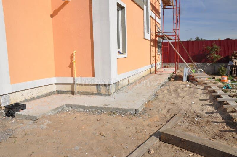 Fondamento che impermeabilizza, impermeabilizzazione umida, isolamento della costruzione della nuova casa con il percorso del con fotografia stock libera da diritti