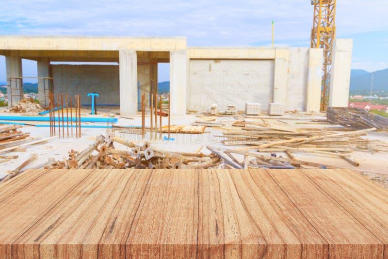 Fondation vide et brouillée d'étagère en bois en dehors de fond de chantier de construction favorisez en démonstration le concept photographie stock