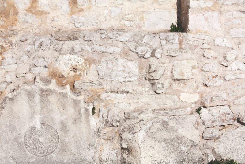 Fondement avec la colonne romaine de l'église de St Donat image stock