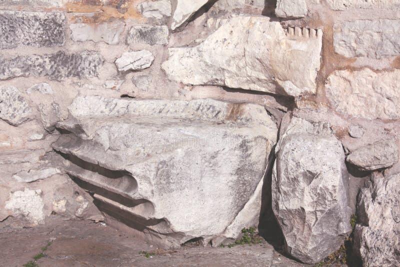 Fondement avec la colonne romaine de l'église de St Donat photographie stock