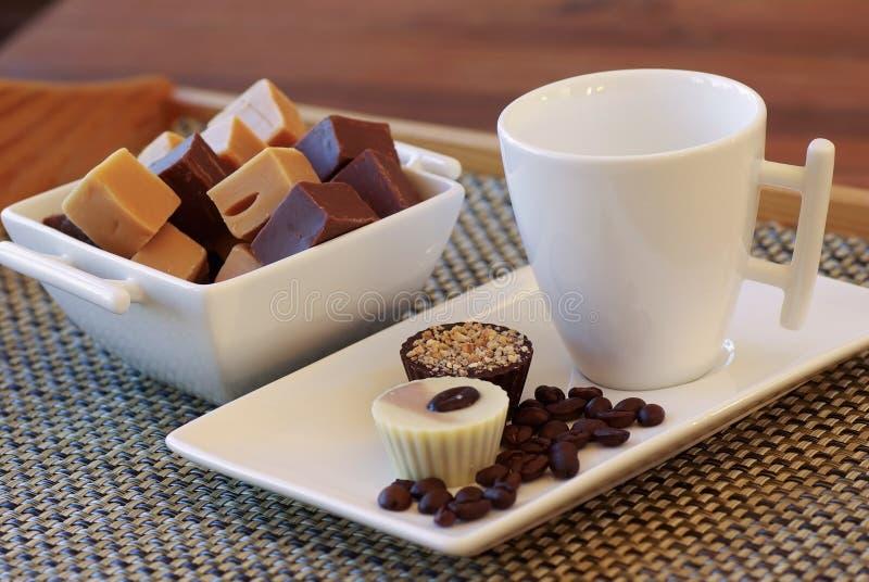 Fondente di cioccolato, bonbon e chicchi di caffè fotografia stock libera da diritti
