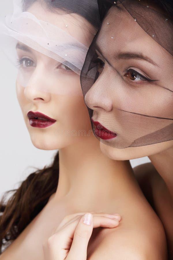 fondness Duas fêmeas no abraço dos véus imagens de stock royalty free