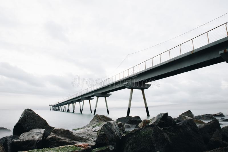 "Fondo ""Pont del Petroli ""del ponte in spiaggia Barcellona di Badalona fotografie stock"