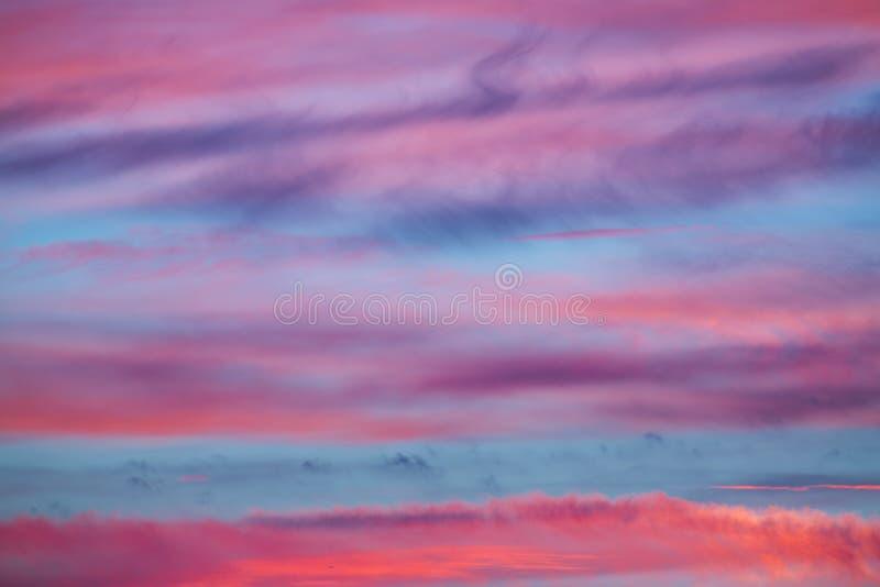 Fondo abstracto azul del cielo de la puesta del sol del rosa que sorprende imagenes de archivo