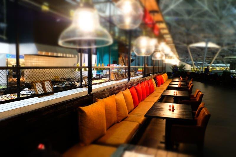 Fondo abstracto borroso de una cafetería o de un restaurante del café en el aeropuerto de Vnukovo imagenes de archivo