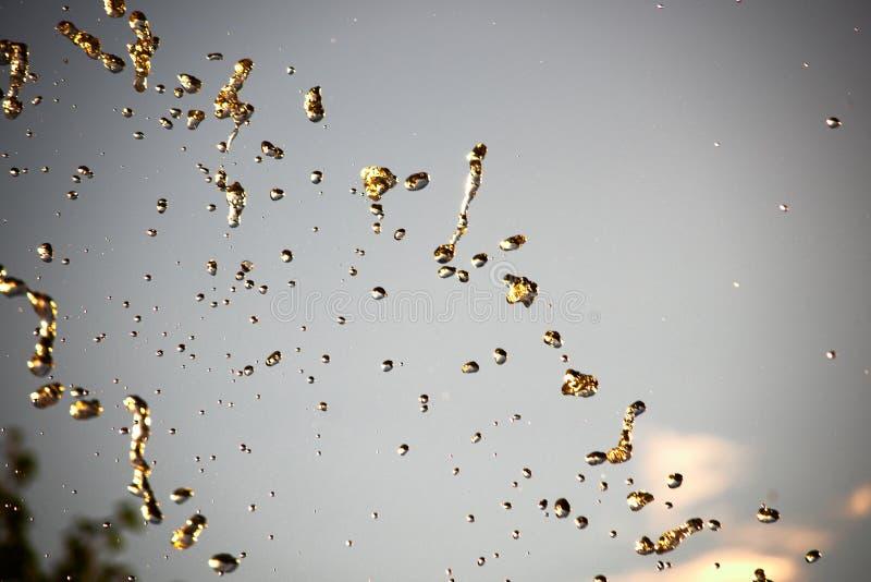Fondo abstracto con descensos del color oro foto de archivo libre de regalías