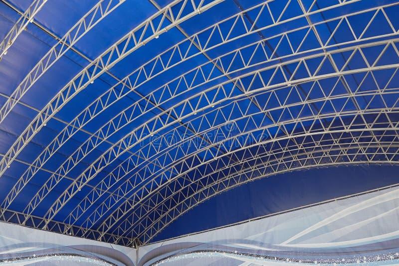 Fondo abstracto con las líneas en fondo azul fotos de archivo