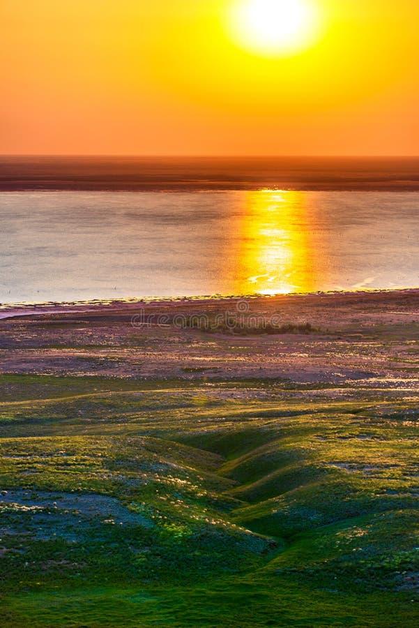Fondo abstracto con paisaje del lago del verano con salida del sol de oro Paisaje del r?o imagen de archivo
