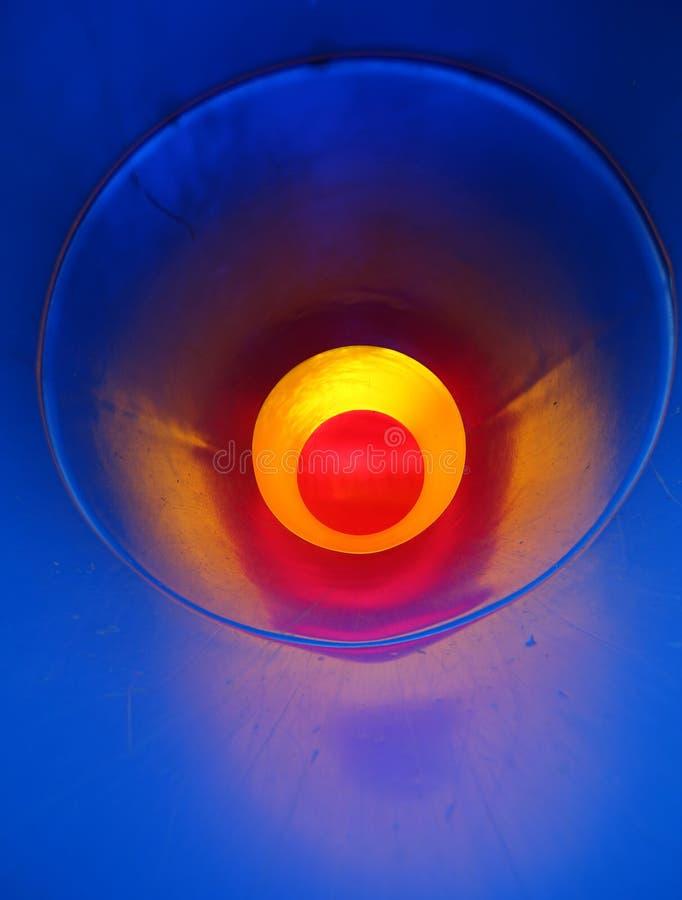 fondo abstracto con un túnel con el fondo rojo y todo el bl imagenes de archivo
