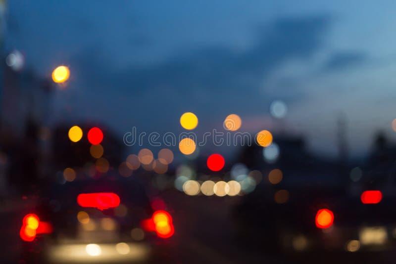 Fondo abstracto de la falta de definición, semáforo de coche en la ciudad imagen de archivo libre de regalías