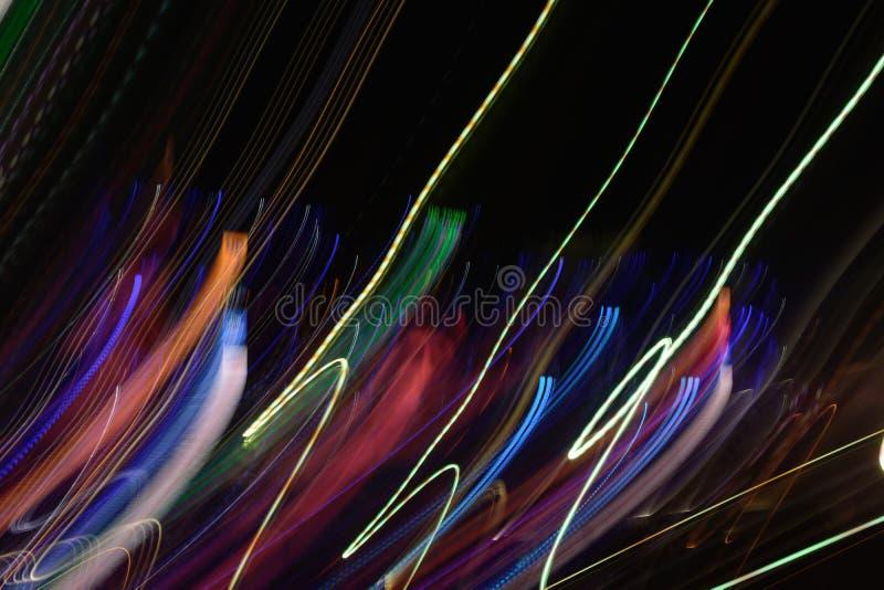 Fondo abstracto de la luz de la noche en la calle Líneas rayadas multicoloras en el movimiento hecho de efecto luminoso, rastros  fotos de archivo libres de regalías