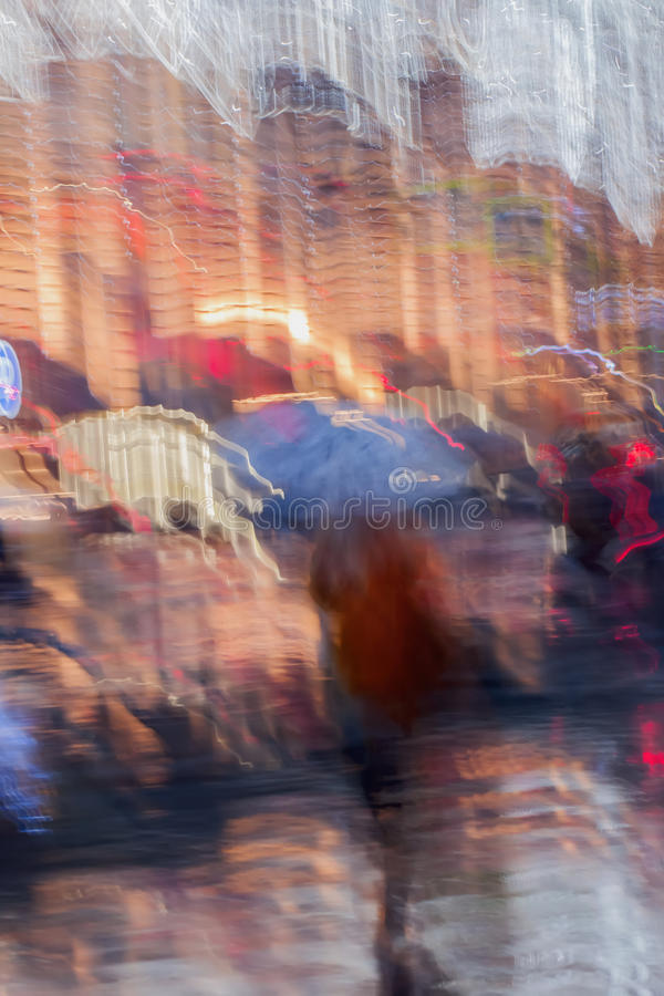 Fondo abstracto de la muchacha sola debajo del paraguas en, calle en lluvia Iluminación ligera de las linternas, ventanas de la t fotos de archivo