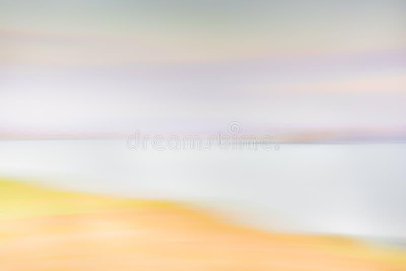 Fondo abstracto de la naturaleza - cielo borroso de la puesta del sol, nubes púrpuras, montañas, océano foto de archivo