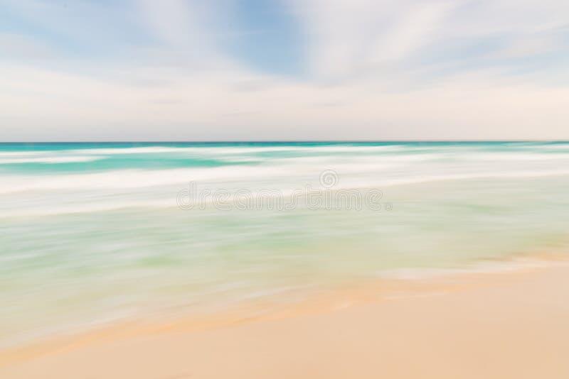 Fondo abstracto de la naturaleza del cielo, del océano y de la playa con la cacerola borrosa imagen de archivo libre de regalías