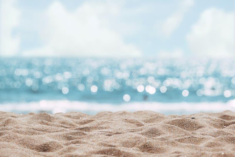 Fondo abstracto de la playa del paisaje marino luz del bokeh de la falta de definición del mar tranquilo y del cielo fotos de archivo