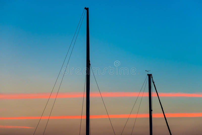 Fondo abstracto de la puesta del sol de las siluetas de los yates foto de archivo libre de regalías