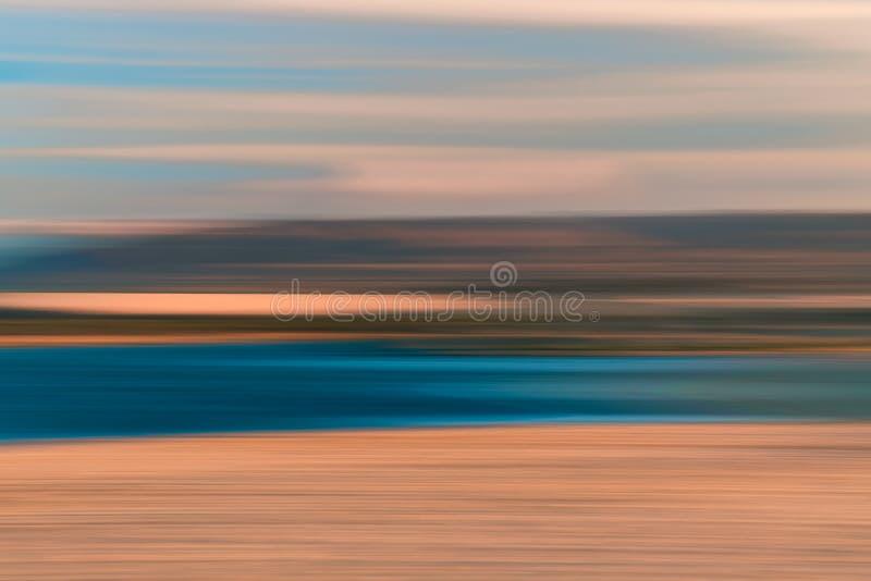 Fondo abstracto de la puesta del sol El lago y las montañas, indican la falta de definición foto de archivo