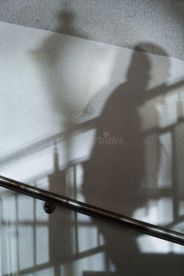 Fondo abstracto de las sombras hombre y de la luz de calle imagenes de archivo