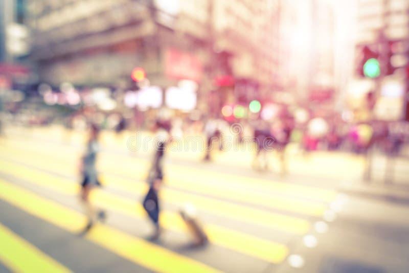 Fondo abstracto defocused borroso de la gente que camina en la calle fotografía de archivo