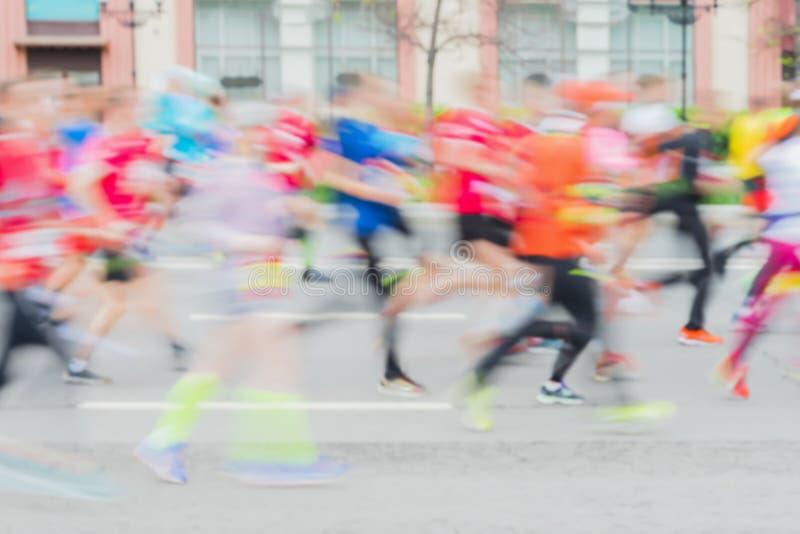 Fondo abstracto del grupo coloreado de atletas corrientes en la calle, maratón de la ciudad, efecto de la falta de definición, ca imágenes de archivo libres de regalías