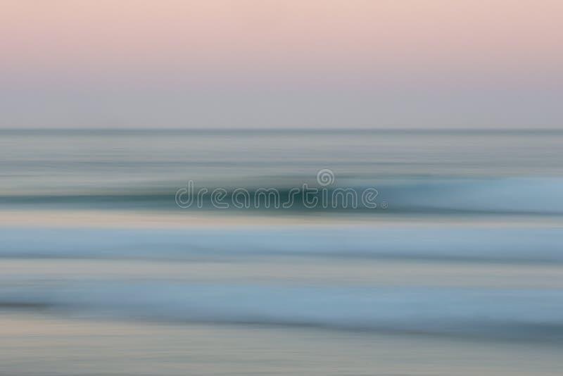 Fondo abstracto del océano de la salida del sol con el movimiento de filtrado borroso imagenes de archivo