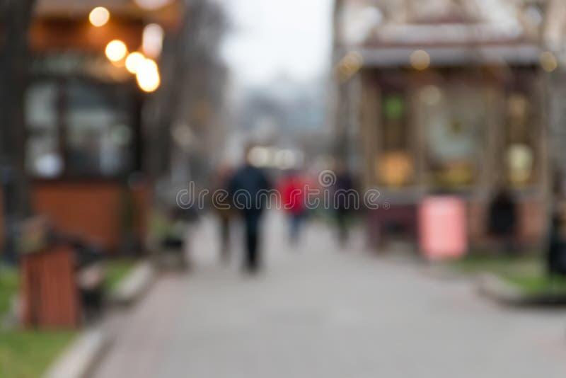 Fondo abstracto enmascarado Siluetas irreconocibles de la gente que camina en la calle de la ciudad fotografía de archivo