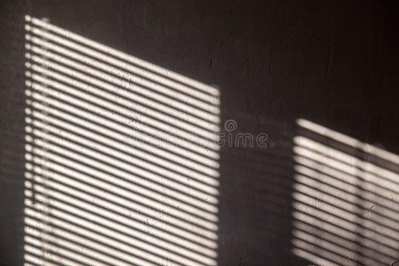 Fondo abstracto interesante con una sombra en el muro de cemento de las persianas imagen de archivo libre de regalías