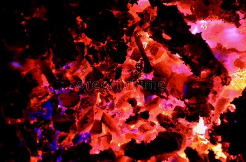 Fondo abstracto que consiste en las luces de diversos colores del burning de plásticos en el carbón foto de archivo libre de regalías