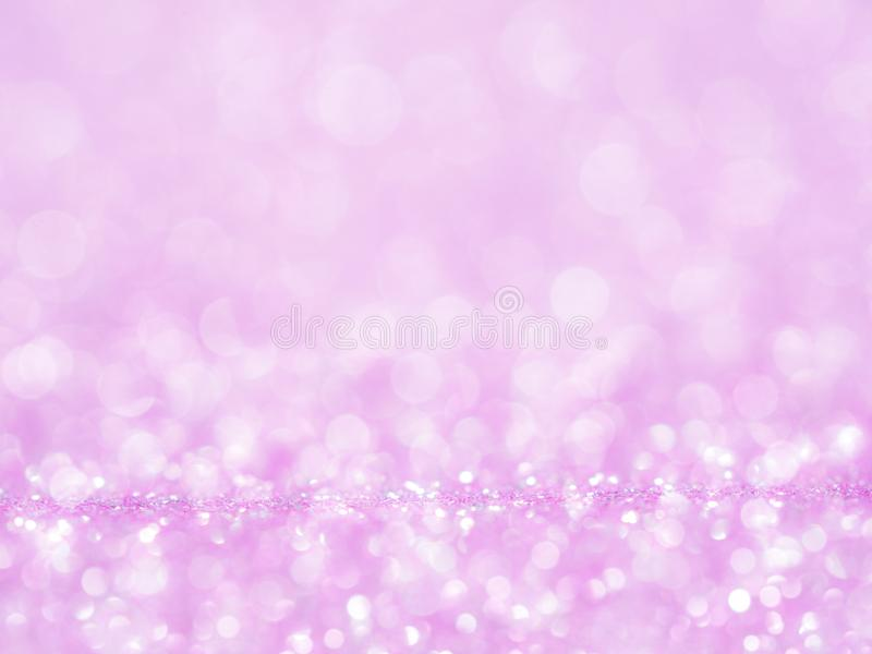 Fondo abstracto violeta del brillo con el bokeh enciende el rosa suave borroso para el fondo romántico, celebración de días festi fotos de archivo libres de regalías
