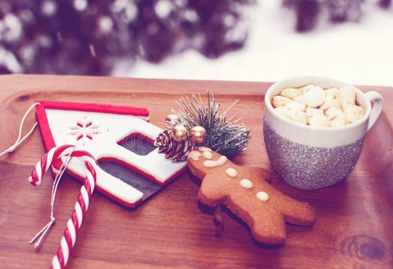 Fondo accogliente di Natale con il biscotto del pan di zenzero e della cioccolata calda fotografia stock