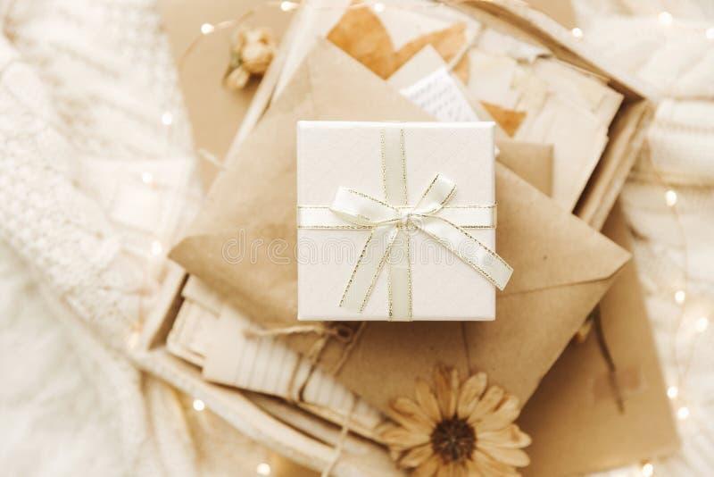 Fondo acogedor del invierno con la caja de regalo imagen de archivo