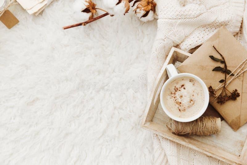 Fondo acogedor del invierno con la taza de café, de suéter caliente y de viejas letras fotos de archivo